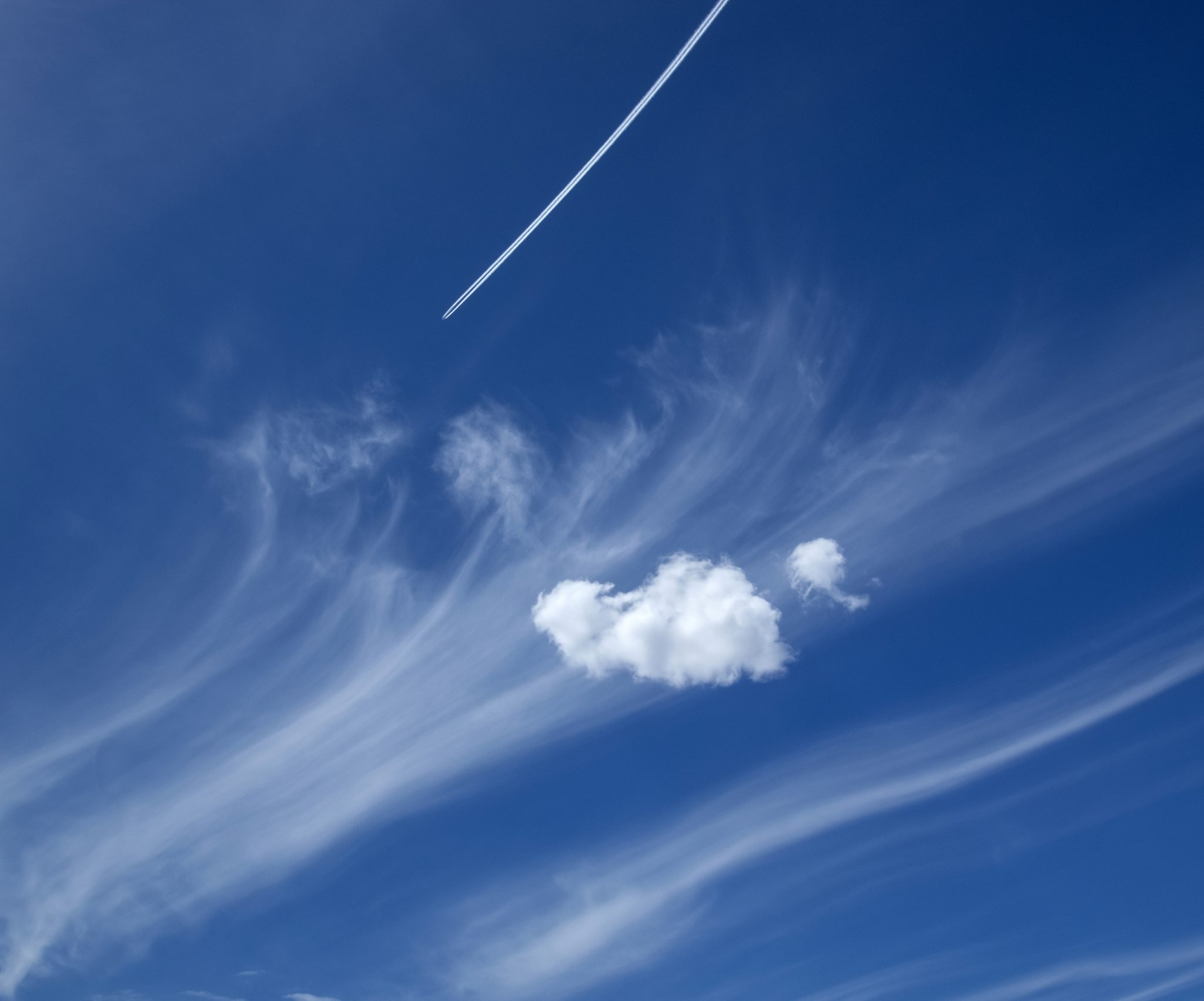 plane-penetrating-flawless-cirrus-clouds-in-a-sparkle-blue-sky